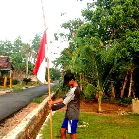Masyarakat Kibarkan Bendera Setengah Tiang pada 30 September 2020